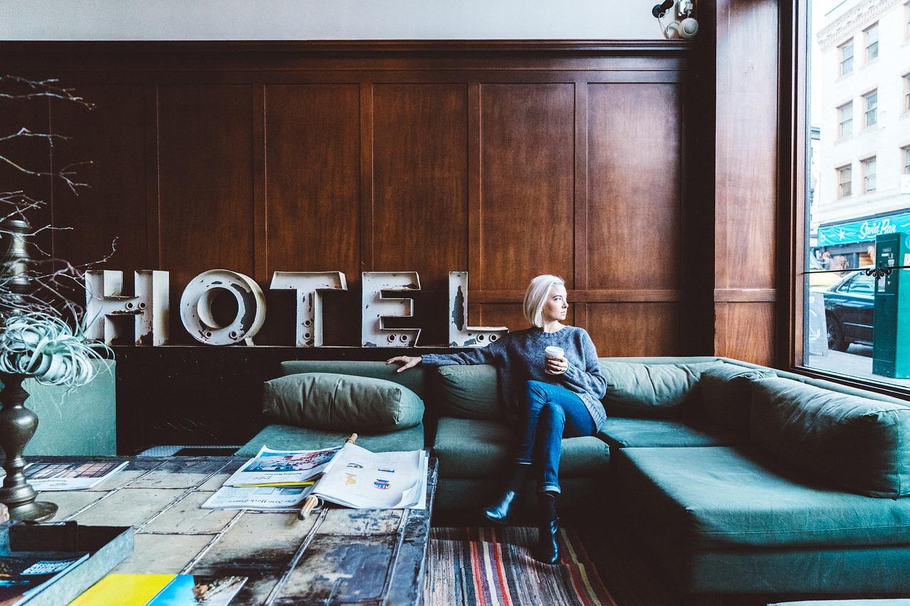 femme assise dans le salon d'un hôtel